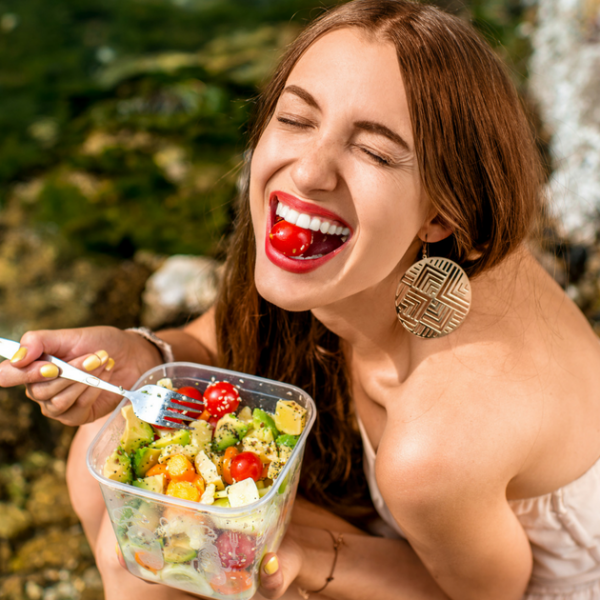 How to Eat Healthy While Traveling Featured Image